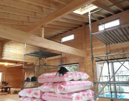 内部足場を組んでグラスウール施工をします。IMG_1361