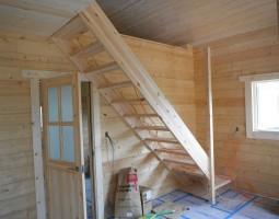 ログハウスと階段