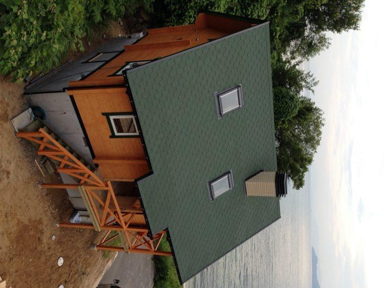 海とログハウスの写真