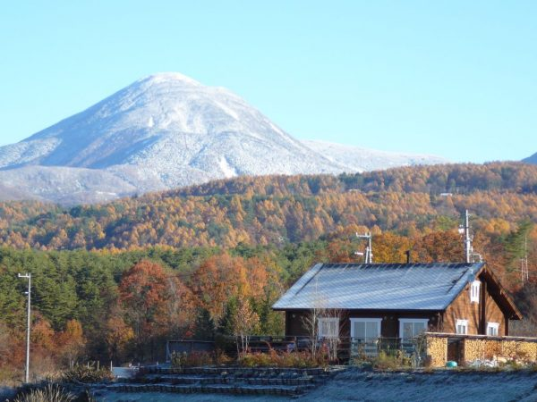 ログハウスと山の写真