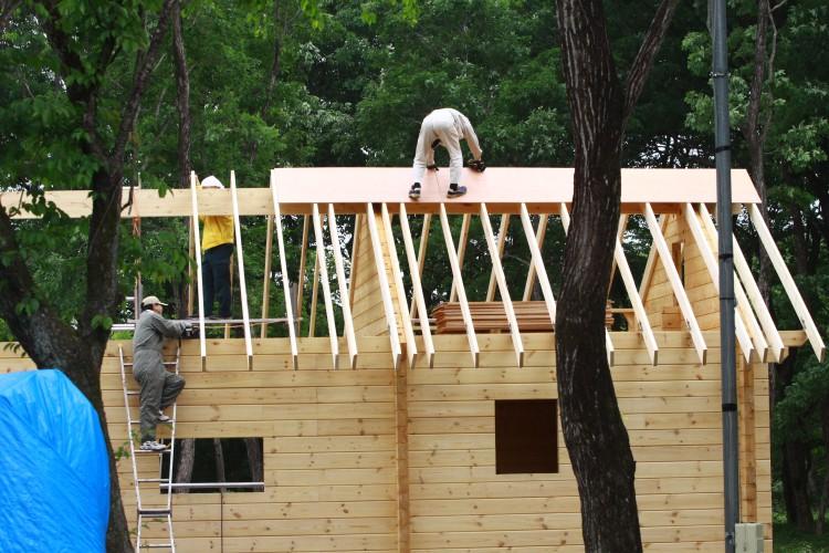 ログハウスの屋根施工風景