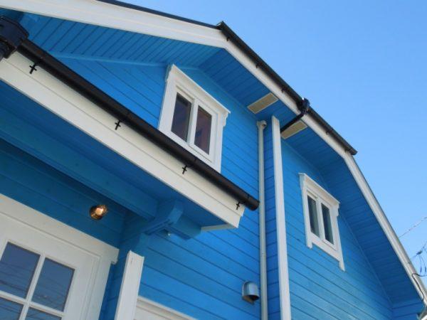 青いログハウスの写真