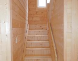 階段1階から2階へ窓から入る光で明るい